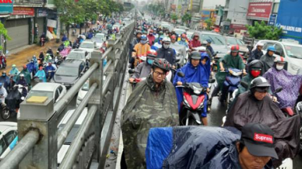 Giao thông ùn tắc nghiêm trọng, người dân TP.HCM co ro trong cơn mưa lạnh sáng đầu tuần