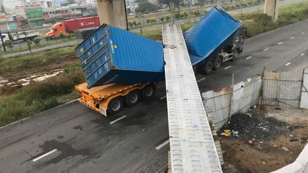 Kinh hoàng container kéo s ập cầu bộ hành ở cửa ngõ Sài Gòn