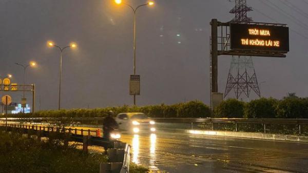 """Bảng điện tử cao tốc TPHCM –  Dầu Giây với nội dung """"Trời mưa thì không lái xe…"""" gây xôn xao"""