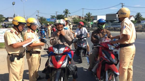 Bị CSGT TP.HCM 'tuýt còi', người dân về quê ăn tết bất ngờ được tặng nước suối