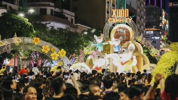 Biển người chen nhau nhích từng chút trong đêm khai mạc đường hoa Nguyễn Huệ Tết Canh Tý 2020