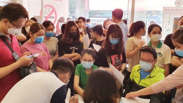 Cạn kiệt nguồn dự trữ máu giữa dịch bệnh virus Corona, hàng trăm bạn trẻ Sài Gòn vui vẻ xếp hàng đi hiến máu cứu người