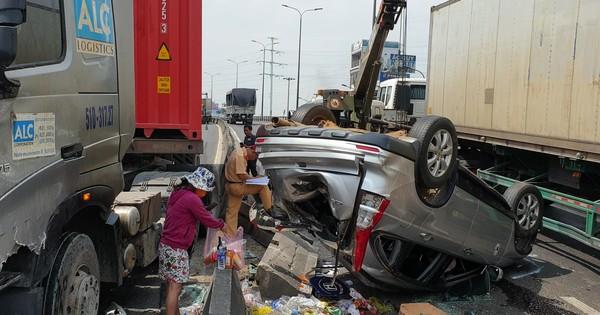 CLIP: Ớn lạnh hiện trường xe 7 chỗ bị tông bẹp ở Sài Gòn, nhiều người la hét kêu cứu