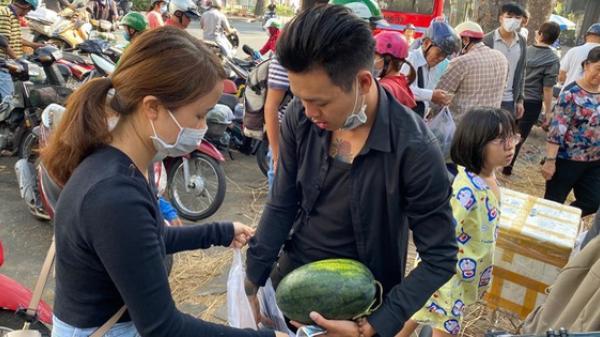 Bất ngờ hành động của người Sài Gòn đến nhận dưa hấu miễn phí