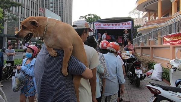 """Giải cứu nông sản ở Sài Gòn: Người dân chỉ cần nói """"cảm ơn"""" lập tức nhận được dưa hấu miễn phí"""