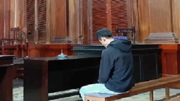 TP HCM: Thanh niên é.p người yêu không mặc đồ, quỳ xin lỗi để chụp hình