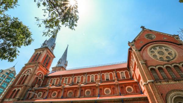 """Toàn cảnh nhà thờ Đức Bà sau 2 năm trùng tu, dần lộ diện """"lớp áo mới"""""""