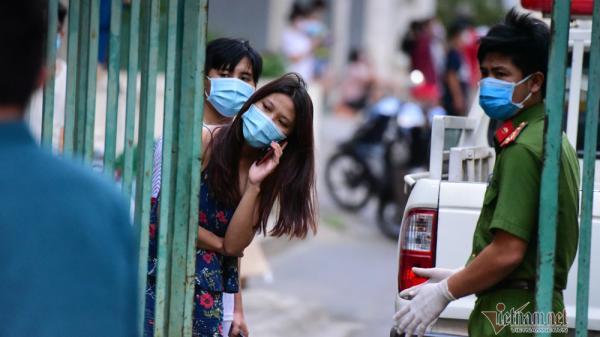 Cảnh tiếp nhu yếu phẩm vào khu cách ly chung cư hơn 1.000 dân ở Sài Gòn