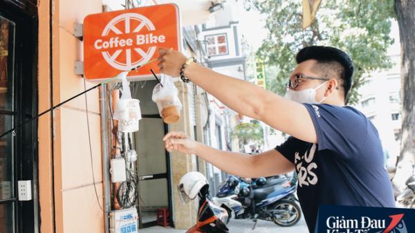 Giữ khoảng cách an toàn mùa Covid-19 ở Sài Gòn: Dùng cần câu cá để... bán cafe, shipper ngồi cách nhau 2m khi chờ mua cơm giao cho khách