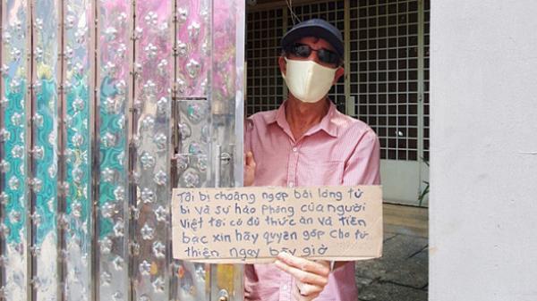 """Gặp thầy giáo Tây thất nghiệp, cầm bảng xin giúp tiền ở Sài Gòn : """"Tôi choáng ngợp bởi lòng từ bi và sự hào phóng của người Việt"""""""