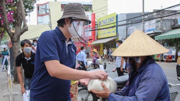 """""""Bí mật"""" của Hoàng Tuấn Anh - ông chủ """"ATM gạo"""" từ thiện đình đám ở Sài Gòn"""