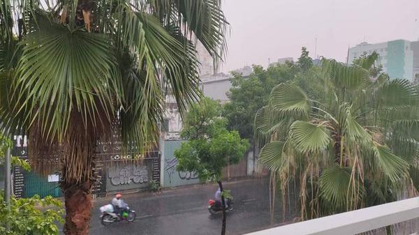 Dự báo thời tiết hôm nay và ngày mai, người Sài Gòn nên về nhà sớm