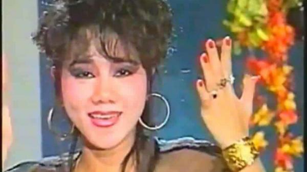 Nữ ca sĩ đầu tiên xỏ khuyên tai 5 lỗ, nhẫn đeo 10 ngón tay và s.candal kh.ủng k.hiếp ở Sài Gòn