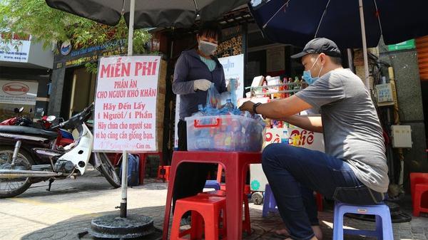 Người Sài Gòn dìu nhau qua đại dịch