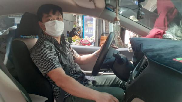 """Anh tài xế """"bao đồng"""" đáng yêu nhất Sài Gòn và những chuyến xe miễn phí cho bệnh nhân mùa dịch Covid-19"""