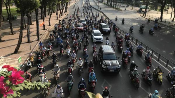 Sài Gòn ngày cuối giãn cách: Đường phố đông đúc, hàng quán vẫn im lìm