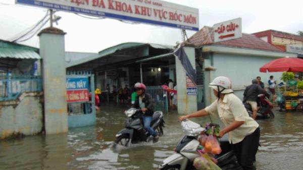 Bệnh viện ở Sài Gòn ngập sâu trong nước sau cơn mưa chiều