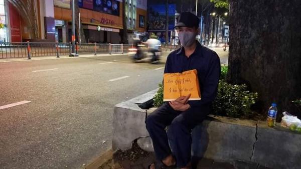 Người cha cầm bảng, xin tiền nuôi con ở TP.HCM vì mất việc