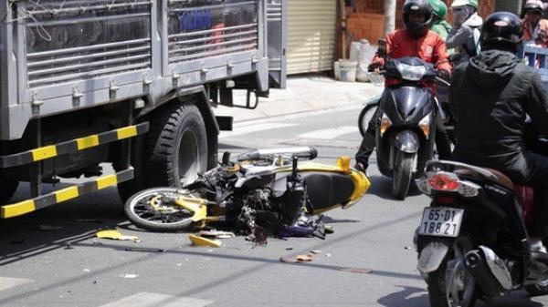 TP HCM: Cú tông xe tải khiến xe máy vỡ nát, 1 thanh niên nhập viện