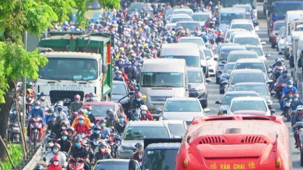 Ảnh: Hàng ngàn người chen nhau trên đường về quê và du lịch dịp 30/4, Sài Gòn kẹt xe nghiêm trọng tại các cửa ngõ