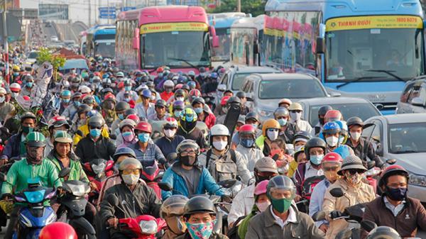Kẹt xe nghiêm trọng ngày trở lại Sài Gòn, dân tìm 'lối thoát' bằng cách... phi thẳng xe lên lề