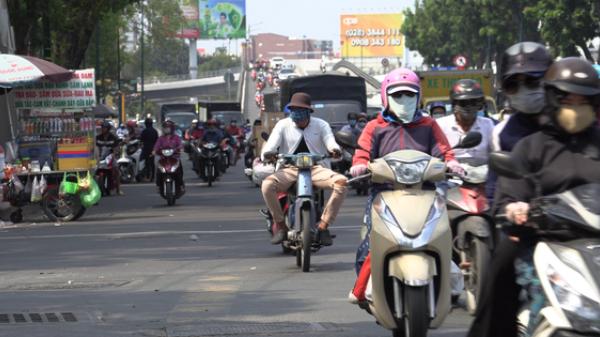 TP.HCM: Chỉ số tia UV đạt ngưỡng rất cao vào buổi trưa, người dân mệt mỏi khi phải di chuyển ngoài đường