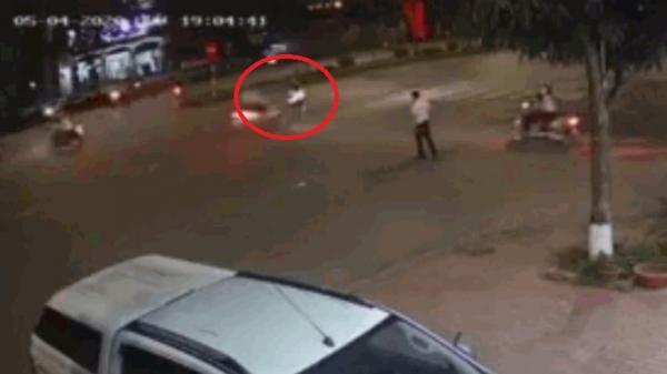 Clip ở Hưng Yên: Bế trẻ nhỏ sang đường, người đàn ông bị xe máy đâm văng gần chục mét