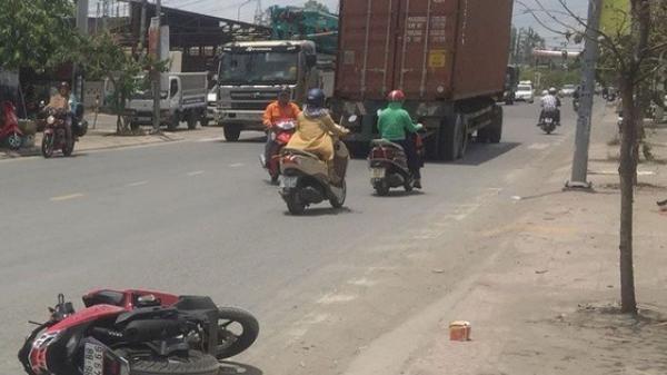 CLIP: Văng xuống đường tử vong tại chỗ sau va chạm với xe container ở TP.HCM