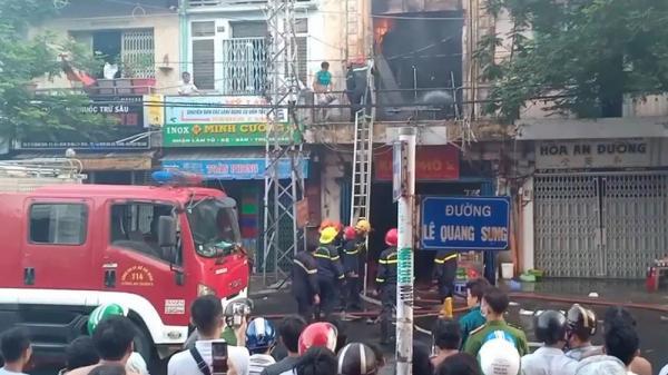 Cháy lớn trong chung cư cũ ở Sài Gòn, 10 người bị mắc kẹt