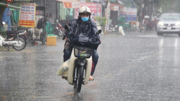"""Ảnh: Cơn mưa vàng """"xối xả"""" giải nhiệt cho Sài Gòn từ sáng sớm, chấm dứt chuỗi ngày nắng nóng kinh hoàng"""