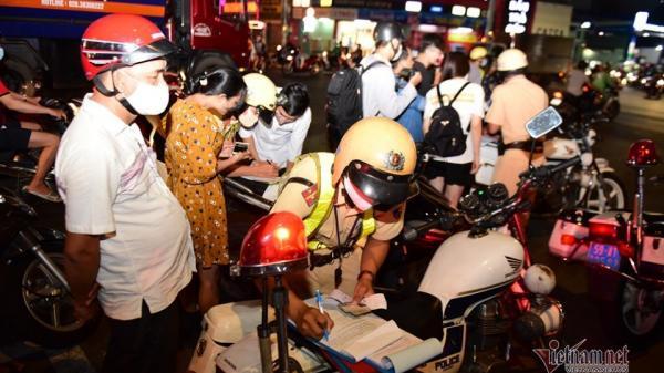 CSGT 'mỏi tay' ghi phiếu phạt, người vi phạm đứng kín ngã tư Sài Gòn