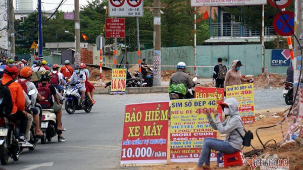 Lật tẩy chiêu trò đằng sau những tấm biển bán bảo hiểm 10.000 đồng/năm ở Sài Gòn