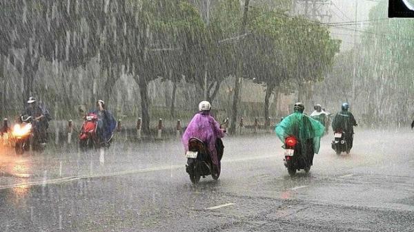 Mưa Sài Gòn, chị đi xe Lead và chiếc áo mưa 5 nghìn