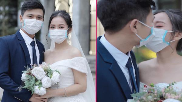 'Bắt trend' corona, cặp đôi liền chụp ảnh cưới tình tứ hôn nhau qua lớp khẩu trang khiến dân mạng tranh cãi