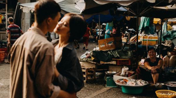 """Cặp đôi chụp ảnh lãng mạn, nhưng nụ cười của cô bán cá lọt vào khung hình lại chiếm trọn """"spotlight"""""""