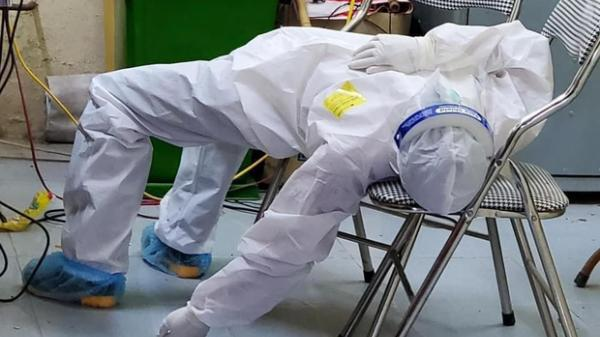 """Nữ nhân viên y tế ngất xỉu khi lấy mẫu xét nghiệm Covid-19: """"Mồ hôi nhiều đến mức ướt hết quần áo, như người mới ở dưới nước lên"""""""
