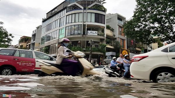 Xe cộ chết máy, ngã nhào khi triều cường gây ngập trung tâm Sài Gòn