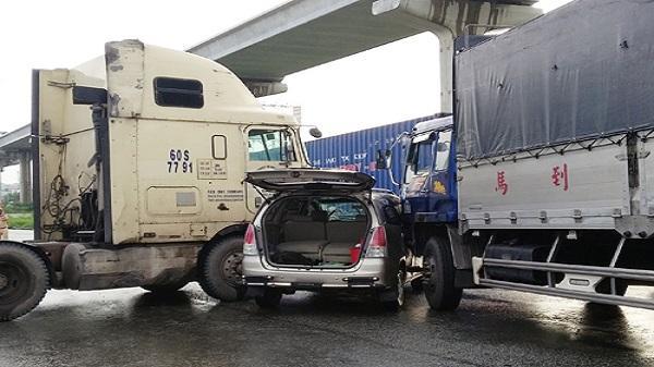 2 người kẹt trong ôtô kẹp giữa xe tải và container
