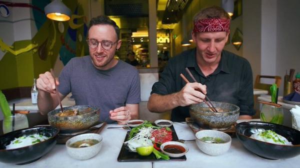 """Có gì trong tô phở giá 2,3 triệu đang gây """"sốt"""" cộng đồng ẩm thực Sài Gòn?"""