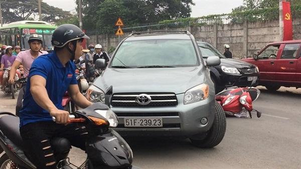 Dân vây đánh tài xế ôtô ngổ ngáo, cố tình chạy lùi tông hai mẹ con ở Sài Gòn