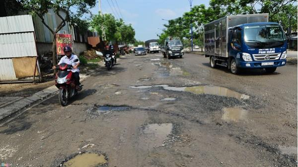 Hố sâu đe dọa tài xế ở đường nối Sài Gòn - Long An