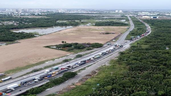 Xe cộ nối đuôi hàng km 'bò' qua cầu dây văng lớn nhất Sài Gòn