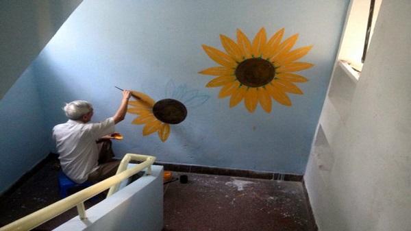 Nam họa sĩ già vẽ tranh làm đẹp cho khu chung cư ở Sài Gòn