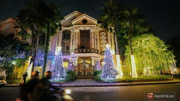 Chùm ảnh: Chủ biệt thự ở phố nhà giàu Sài Gòn đầu tư cả chục triệu đồng trang trí Noel