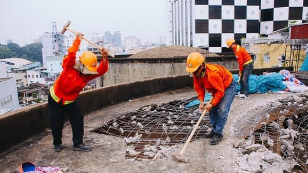 Cận cảnh phá dỡ thuỷ đài khổng lồ bỏ hoang ngay trung tâm Sài Gòn, búa tạ đập 4 lần liên tiếp mới vỡ