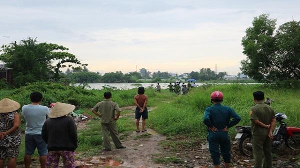 Thi thể người đàn ông đội mũ bảo hiểm trôi trên sông Sài Gòn