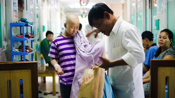 """Chuyện về bác xe ôm hơn 10 năm """"ở vậy"""" nuôi con gái và đứa cháu ung thư ở Sài Gòn"""