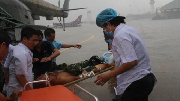 Trực thăng đưa chiến sĩ hôn mê từ đảo về đất liền cấp cứu