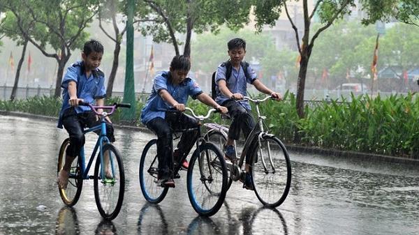 Sài Gòn bất ngờ mưa trắng trời kèm sấm sét giữa cao điểm mùa khô
