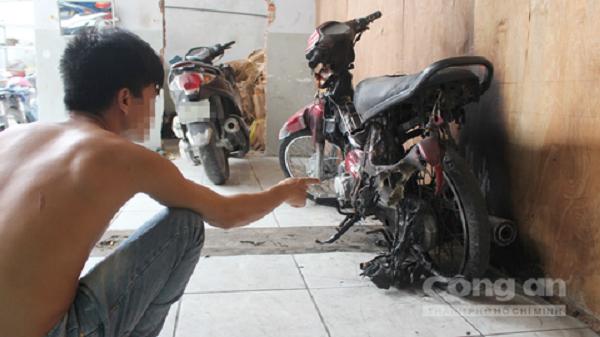 Chủ vựa dừa ở TP.HCM bị 13 giang hồ ném bom xăng, đốt xe máy